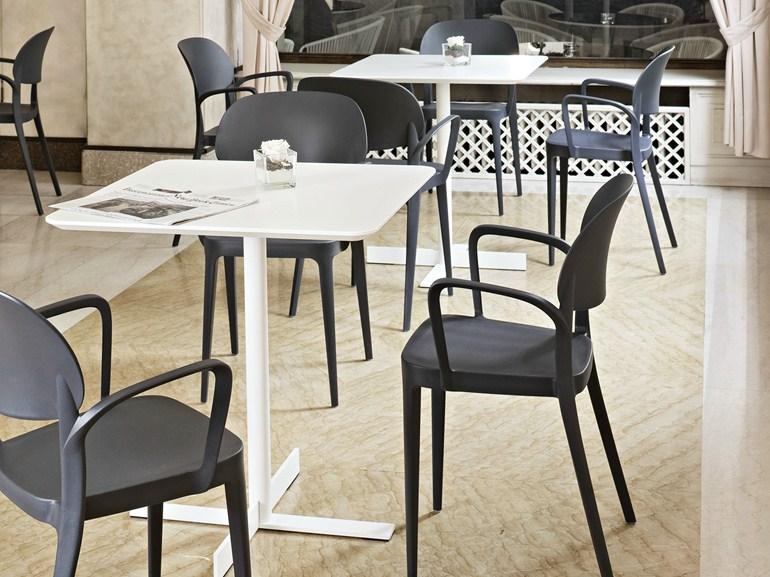 Chaises et tables pour café au Maroc
